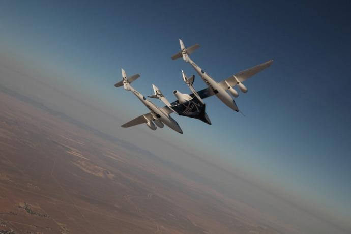 Samolot-matka WhiteKnightTwo unosi suborbitalny samolot rakietowy SpaceShipTwo / Źródło: Virgin Galactic