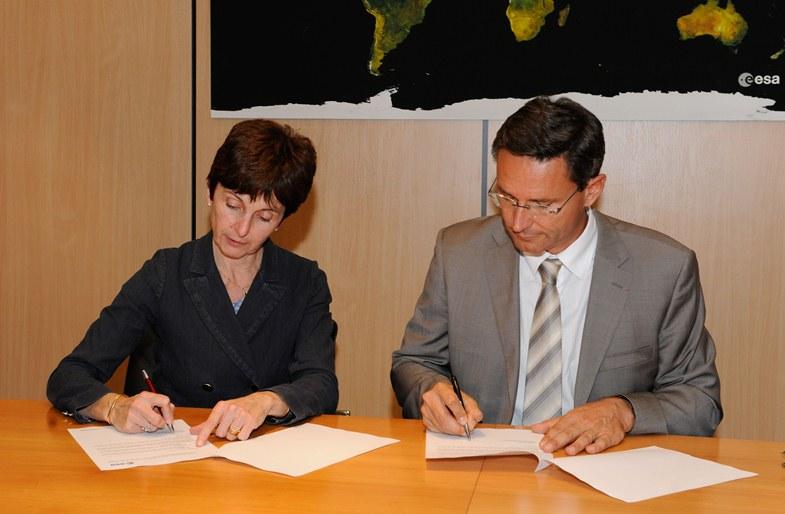 Podpisanie umowy o budowie European Data Relay Satellite przez Magalię Vaissiere, dyrektorkę ESA ds. telekomunikacji, i Erica Bérangera, dyrektora wykonawczego Astrium Services, Paryż, 3 pażdziernika 2011 / Credits: ESA