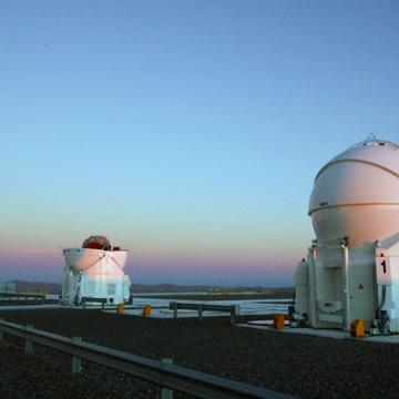 Część kompleksu VLT, małe teleskopy pomocnicze AT (Auxiliary Telescopes), o aperturze 1,8 metra każdy / Credits: ESO