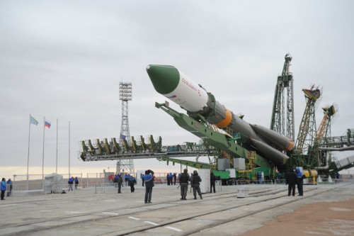 Proces podnoszenia do pionu rakiety Sojuz-U ze statkiem Progress 42P / Credits: energia.ru