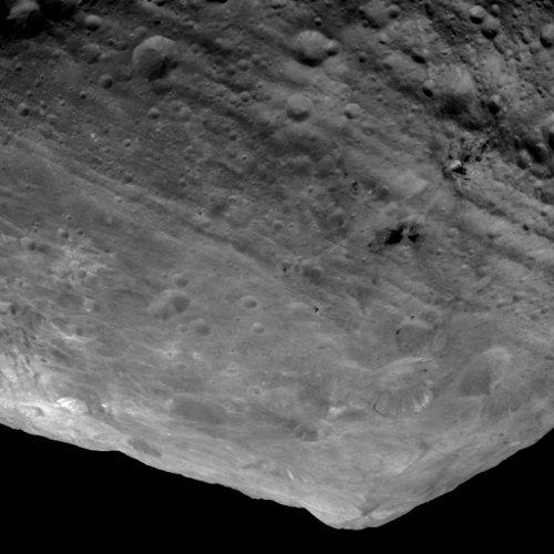 Ującie na centralne wzniesienie krateru Rheasilvia oraz żleby przebiegające dookoła tego krateru /Credits - NASA/JPL-Caltech/ UCLA/MPS/DLR/IDA