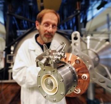 Dr Jacek Kurzyna z Instytutu Fizyki Plazmy i Laserowej Mikrosyntezy w Warszawie prezentuje elektryczny silnik plazmowy typu Halla do sond kosmicznych, zoptymalizowany do pracy z kryptonem. (Źródło: IFPiLM/Grzegorz Krzyżewski)