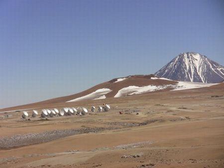 Kompleks ALMA zlokalizowany jest na wysokości 5000 metrów n.p.m. na płaskowyżu Chajnantor w Andach / Credits: Emily Baldwin