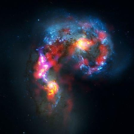 Kompozycja zdjęcia Galaktyki Anteny przy wykorzystaniu materiału dostarczonego przez ALMA i Kosmiczny Teleskop Hubble'a / Credits: ALMA – ESO/NAOJ/NRAO, NASA/ESA Hubble Space Telescope