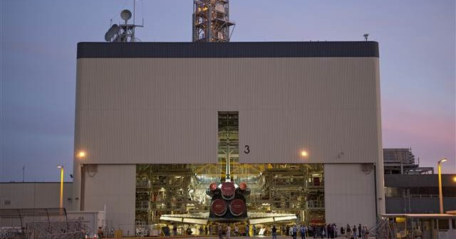 Hangar OPF 3, udostępniony Beingowi do produkcji kapsuły CST-100. Na zdjęciu prom Discovery wjeżdżający do hangaru (2010) / Źródło: NASA