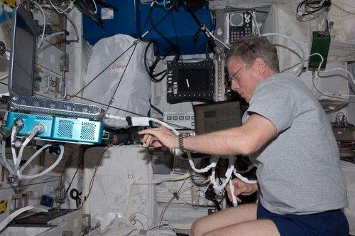 Michael Fossum dokonuje skanu swoich mięśni - zdjęcie z 3 października 2011 / Credits - NASA