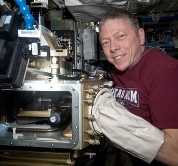 Michael Fossum pracuje nad eksperymentem związanym z koloidami. Zdjęcie z 11 października. / Credits - NASA