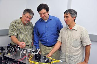 Naukowcy pracujący nad wiązką przyciągającą / Credits: NASA