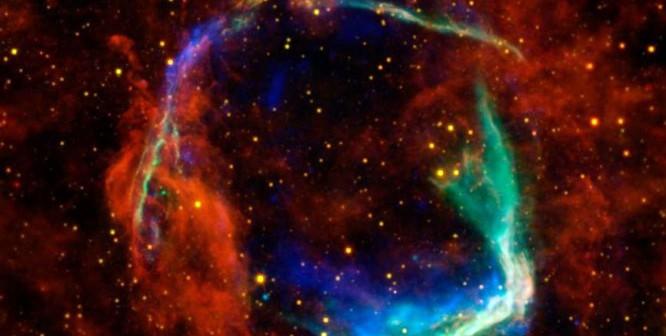 Dane podczerwone ze Spitzera oraz WISE ukazano na żółto i czerwono. Promieniowanie to emituje pył o temperaturze -200 stopni Celsjusza. / Credit - NASA/ESA/JPL-Caltech/UCLA/CXC/SAO