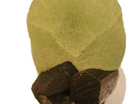 Prehnit, jeden z minerałów odkrytych przez europejskie i amerykańskie sondy orbitujące nad powierzchnią Marsa. Jego występowanie może wskazywać na aktywność hydrotermalną na tej planecie. (Źródło: Wikipedia, Autor: Mihael Simonic)