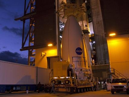 Przygotowania do umieszczenia MSL na rakiecie Atlas V, 2 listopada 2011 / Credits: NASA