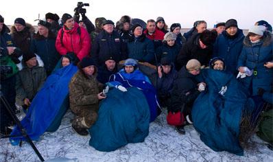 Astronauci tuż po wyjściu z kapsuły. Od lewej: Mike Fossum, Siergiej Wołkow, Satoshi Furukawa / Credits: NASA