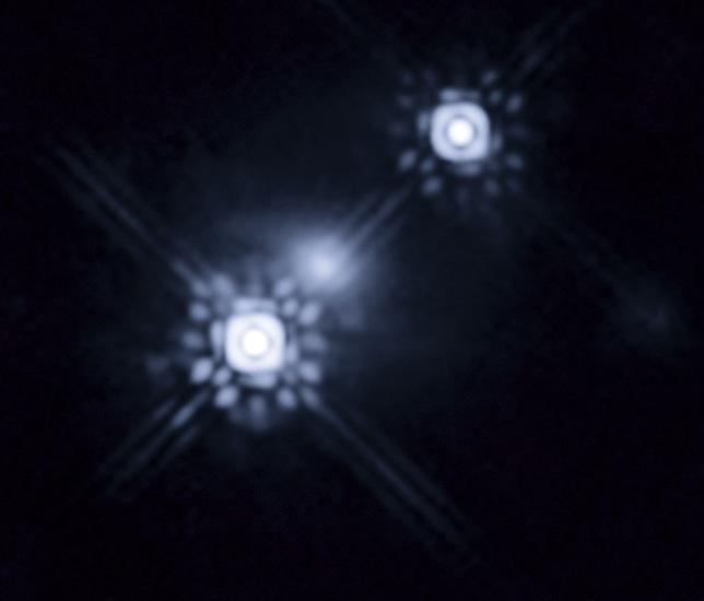 """Kwazar obserwowany dzięki zjawisku soczewkowania grawitacyjnego. Kwazar jest na tym zdjęciu widoczny podwójnie, a cienka """"mgiełka"""" dookoła niego to soczewkująca galaktyka / Credit - NASA, ESA, J.A. Muñoz"""