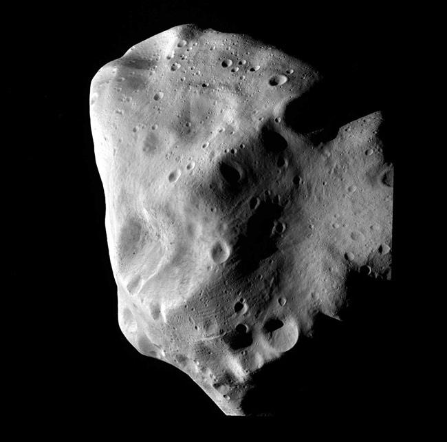 Lutetia podczas największego zbliżenia sondy Rosetta / Credit - ESA 2010 MPS for OSIRIS Team MPS/UPD/LAM/IAA/RSSD/INTA/UPM/DASP/IDA
