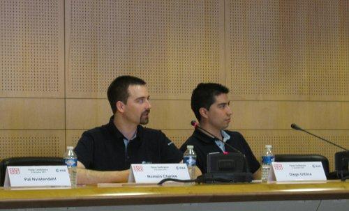Romain Charles (po lewej), uczestnik Mars 500 wyjaśnia kolejne etapy tego eksperymentu. Zdjęcie z 5 grudnia 2011 / Credits - K. Kanawka