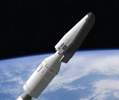 Europejski bezzałogowy statek powrotny umieszczony na szczycie rakiety Vega / Credits: ESA