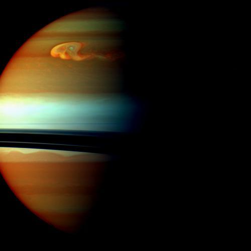 Zdjęcie przedstawiające głowę burzy w fałszywych kolorach, pozyskane przez sondę Cassini 24 grudnia 2010 roku. Specjalne filtry (bliskiej podczerwieni) umożliwiają określenie wysokości występowania chmur w atmosferze Saturna, (określają stopień absorpcji metanu). Czerwone i pomarańczowe kolory oznaczają chmury głęboko w atmosferze. Żółte i zielone (głównie u góry zdjęcia) są markerami chmur na średniej głębokości. Białe i niebieskie barwy odpowiadają wysoko położonym chmurom i oparom. (Credits: NASA/JPL-Caltech/Space Science Institute)