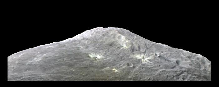 Masyw centralny na południowym biegunie Westy / Credits: NASA
