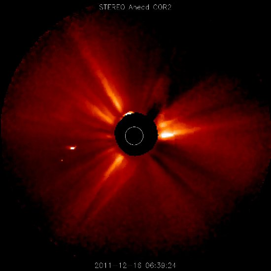 Obraz z sondy STEREO, ukazujący kometę Lovejoy, po lewej od Słońca - 07:39 CET, 16.12. 2011 / Credits - NASA