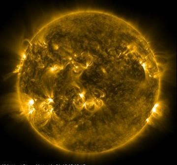 Widok Słońca w dniu 30 grudnia o godzinie 04:27 CET - tuż po rozbłysku klasy M1.2 z grupy 1389 (dolna lewa część Słońca na tym obrazie) / Credits - NASA, SDO