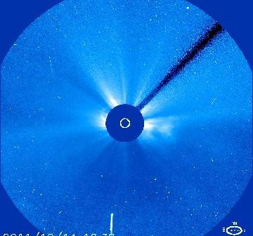 Godzina 17:32 CET - kometa C/2011 Lovejoy w obiektywie detektora LASCO C3 sondy SOHO / Credits - NASA, ESA, SOHO