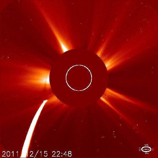 Godzina 23:48 CET - kometa Lovejoy widoczna na obrazie detektora LASCO C2 / Credits - NASA, ESA, SOHO