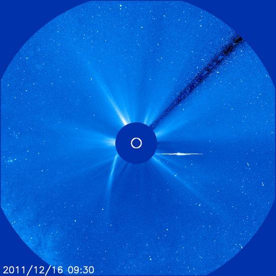 Godzina 10:30 CET (16.12.2011) - obraz z LASCO C3 sondy SOHO / Credits - NASA, ESA, SOHO