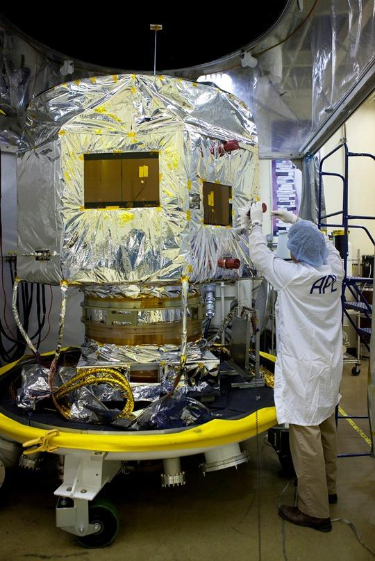 Przygotowywanie statku RBSP-B do testów środowiskowych / Credits: NASA