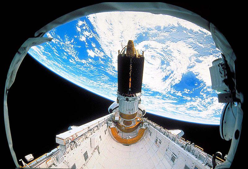 TDRS-4 w trakcie umieszczania na orbicie / Credits: NASA