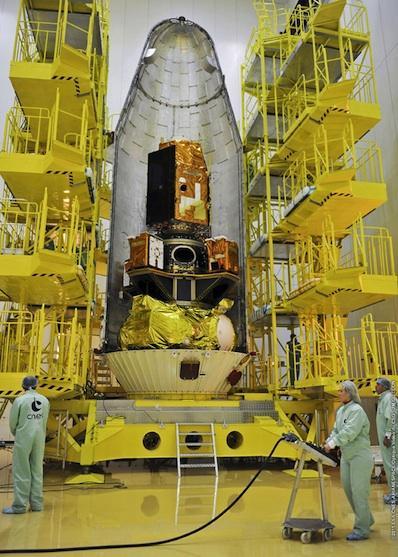 Zamykanie ładowni Sojuza - u góry satelita Pleiades-1, poniżej widać 2 z 4 satelitów ELISA. SSOT umieszczony jest wewnątrz adaptera / Credits: Arianespace