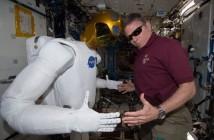 Mike Fossum testuje Robonautę 2 na ISS. Zdjęcie z 4 listopada 2011 / Credits - NASA