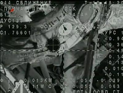 Widok z kamery na Sojuzie na minutę przed cumowaniem, widać tarczę celowniczą, w środku której powinien znaleźć się punkt przecięcia dwóch linii widocznych na podglądzie / Credits: NASA