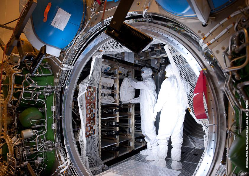 Załadunek sekcji ciśnieniowej ATV-3 (źródło: Arianespace)