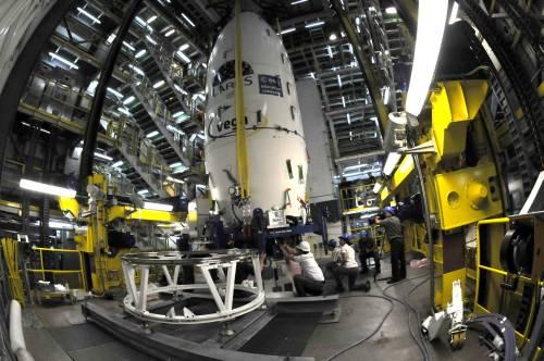Moduł ładunkowy rakiety kryjący pod owiewką aerodynamiczną satelity LARES, ALMASat-1 oraz siedem Cubesatów / Credits: ESA - M. Pedoussaut, 2012