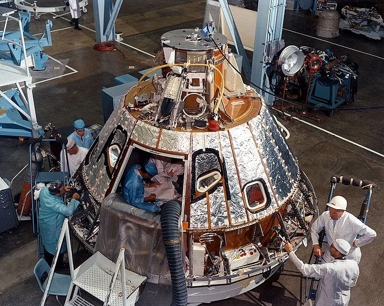 Kapsuła Apollo 1 podczas instalacji osłony termicznej / Źródło: NASA