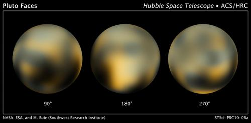 Kompilacja zdjęć z Teleskopu Hubble pozyskanych w latach 2002-2003. Przedstawia powierzchnię Plutona, z tajemniczym, jasnym obszarem na centralnym dysku (180 stopni). To najprawdopodobniej złoża zestalonego tlenku węgla. (Credits: NASA, ESA, and M. Buie (Southwest Research Institute))