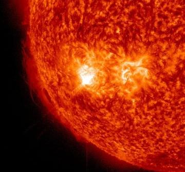 Moment rozbłysku M2.4 z grupy 1389 - 31 grudnia 2011 / Credits - NASA, SDO