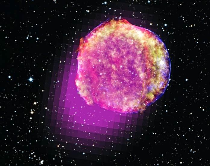 Dane z LAT pokazujące promieniowanie gamma emanujące z pozostałości po supernowej Tycho. Tutaj pasmo gamma zobrazowano w magnecie, promieniowanie X na żółto oraz zielono i niebiesko. Podczerwień jest tu czerwona, a tło to zdjęcie w świetle widzialnym / Credit – promieniowanie gamma: NASA/DOE/Fermi LAT Collaboration; promieniowanie X NASA/CXC/SAO; podczerwień NASA/JPL-Caltech; pasmo optyczne MPIA, Calar Alto, O. Krause et al. oraz DSS.