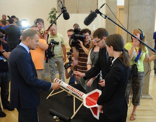 Premier ogląda Amelię podczas spotkanie ze studentami/Credits: Grzegorz Roginski/CIR