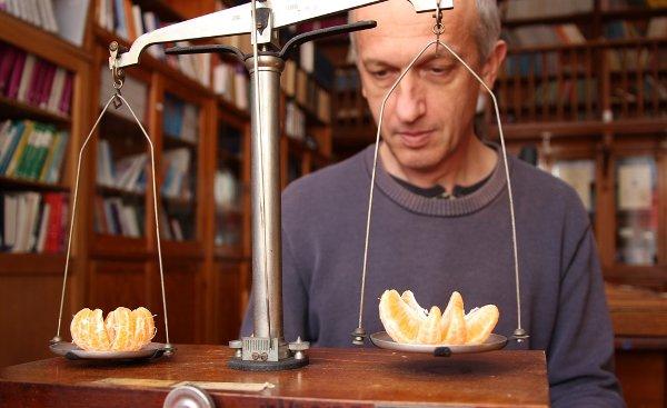 Profesor Wojciech Wiślicki waży cząstki. (Źródło - Marek Pawłowski, NCBJ)