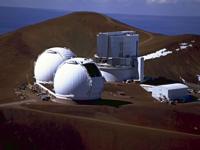 Bliźniacze kopuły Teleskopu Kecka na Mauna Kea na Hawajach. Tuz za nimi po prawej – teleskop Subaru. Szczyt w tle to Pu`u Poliahu  /  Credit - Richard Wainscoat, Instytut Astronomii Uniwersytetu Hawajskiego