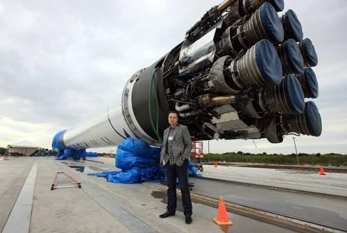 Elon Musk przy rakiecie Falcon 9 / Credits: SpaceX