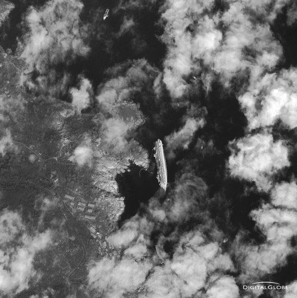 Wrak Costa Concordia i najbliższa okolica. Zdjęcie z 17 stycznia 2012 / Credits - Digital Globe