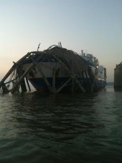 Zbliżenie zniszczonego przęsła zalegającego na kadłubie statku Delta Mariner / Credits: Daniel Richardson, US Fish & Wildlife Agency Service