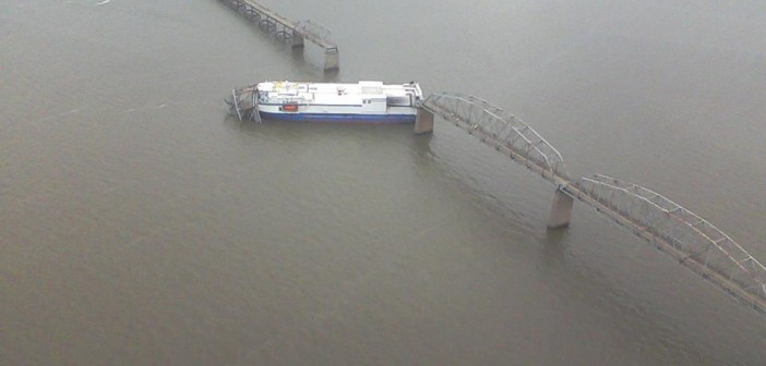 Delta Mariner i zerwany most na rzece Tennessee / Credits: ?