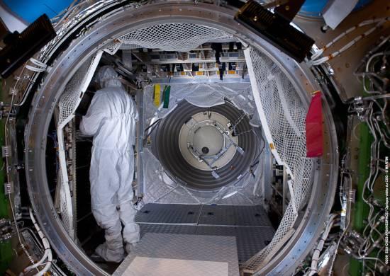 Technik umieszczający towary w sekcji ciśnieniowej statku ATV-2 / Credits: ESA/CNES/Arianespace/Optique Video du CSG–S. Martin 2011