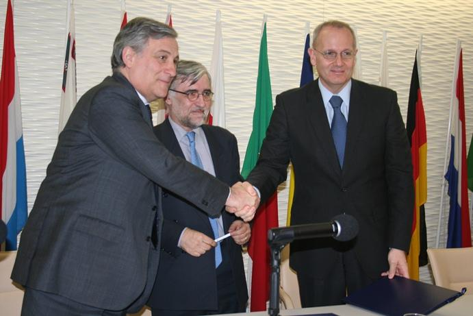 Podpisanie umowy. Od lewej: Antonio Tajani (wiceprzewodniczący KE), Didier Faivre (dyrektor programu Galileo) i Jean-Yves Le GAll (prezes Arianespace) / Credits: Arianespace