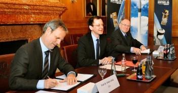 Podpisanie umowy między ESA a Eurockot. Od lewej: Volker Liebig (ESA), Martin Günthner (miasto Brema), Matthias Oehm (Eurockot) / Credits: ESA