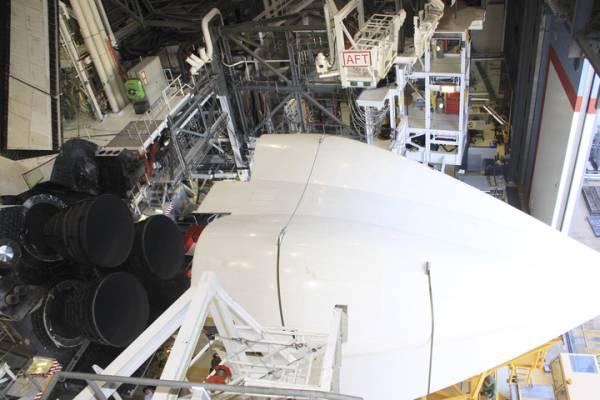 Nakładanie aerodynamicznego ogona na tylną sekcję silnikową wahadłowca, która wymagana jest podczas przelotów na grzbiecie SCA / Credits: NASA/Jim Grossmann