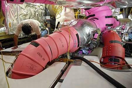 Technik wewnątrz systemu MPS przy okazji przeprowadzania pewnych prac / Credits: NASA, wikipedia.org